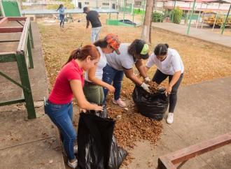 Voluntarios pintan y limpian aulas para inicio de clases