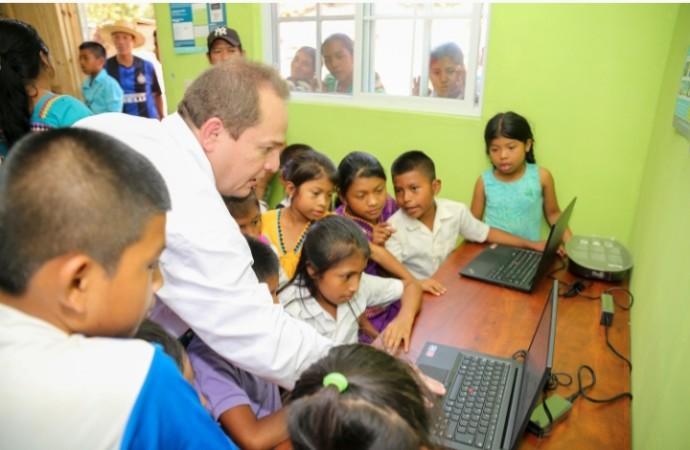 La UAB y su compromiso premia a Infoplazas de Panamápor su impacto social educativo
