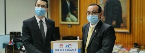 Huawei dona tablets a estudiantes de la Universidad de Panamá