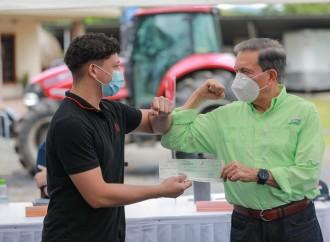 Presidente Cortizo entrega B/. 520 mil a productores agropecuarios y becas a estudiantes distinguidos