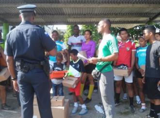 Policía Nacional entregó implementos deportivos a niños y jóvenes en San Miguelito