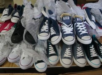 Funcionarios de Aduanas decomisan zapatillas y cigarrillos presuntamente de contrabando