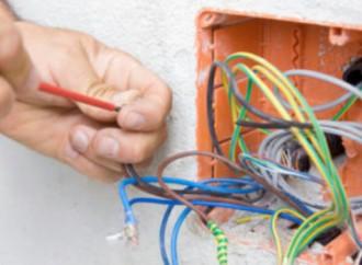 Tres arreglos eléctricos para los que debe llamar a un profesional