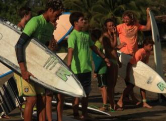 """Playa El Estero en Veraguas es el escenario del""""One dollar per wave for local schools"""""""