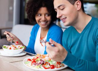 De qué manera la alimentación consciente puede ayudarlo a comer menos y mejor