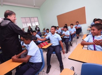 Gobierno del presidente Varela sigue erradicando aulas ranchos en la comarca Ngäbe Buglé