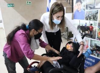Directora General del IPHE entrega en calidad de donación un moderno coche pediátrico a estudiante con parálisis cerebral