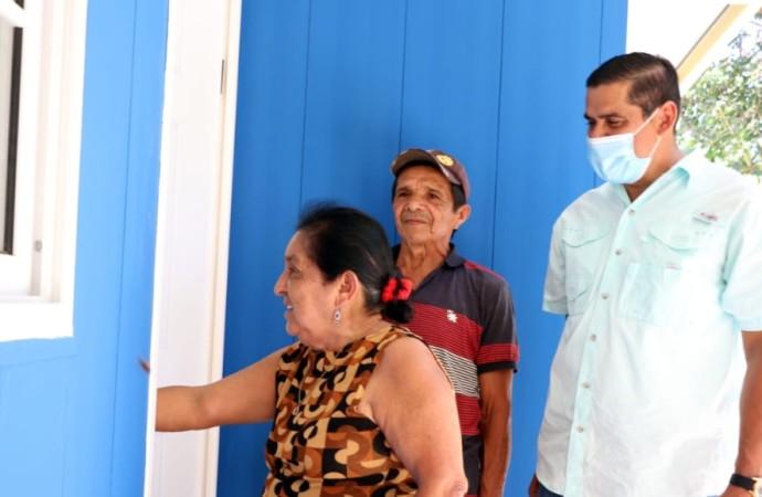 Pareja de adultos mayores recibe llaves de su nueva casa en Los Pozos