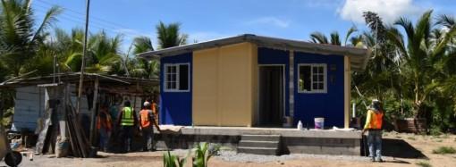 Ministro Paredes visita Chiriquí Viejo donde construyen viviendas a familias afectadas por Eta