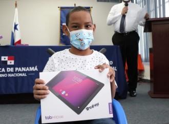 IPHE entrega de 550 tablets y 4 laptops para garantizar la conectividad de estudiantes en sus clases a distancia