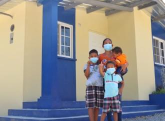 Presidente entrega viviendas a dos familias de Coclé que vivían en extrema pobreza