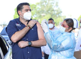 Vicepresidente Carrizo Jaén como voluntario da inicio al proceso de vacunación con dosis de AstraZeneca