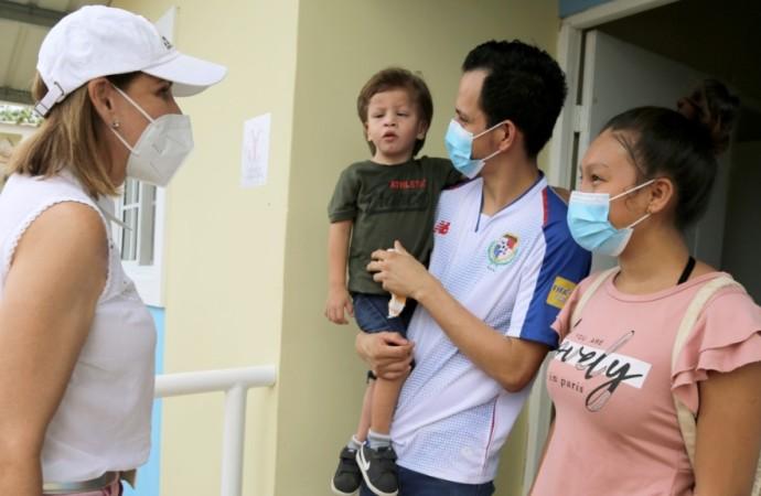 Niños con discapacidad y sus familias reciben viviendas en Las Garzas