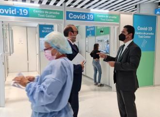 Defensor del Pueblo verifica entrega de pruebas Covid-19 en terminal aérea