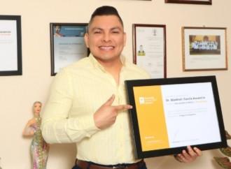 Profesor de la UAG recibe reconocimiento como Mejor Dermatólogo de México
