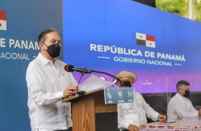 Presidente entrega órdenes de proceder para rehabilitar carreteras en Los Santos