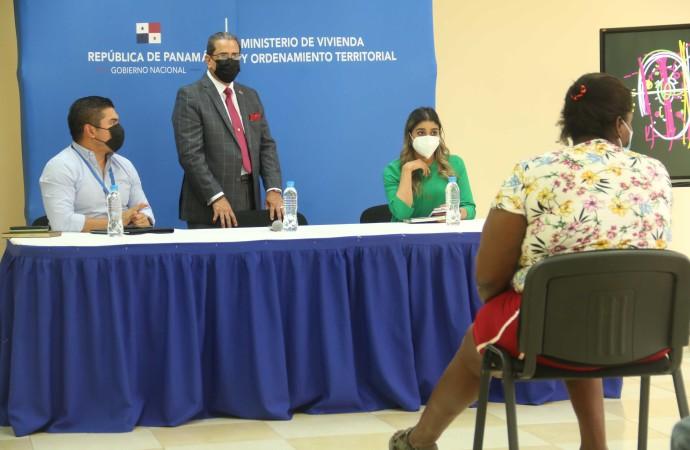 Ministro de Vivienda explica proceso de reubicación en albergues temporales de Curundú