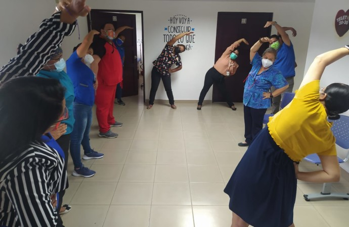 Con taller de yoga realizan pausa activa en Veraguas