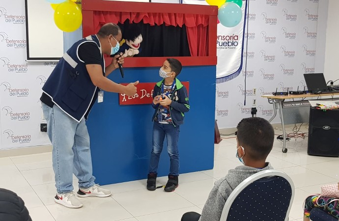 Teatro de títeres de la Defensoría del Pueblo en Feria del Día del Niño y la Niña en Parque Summit