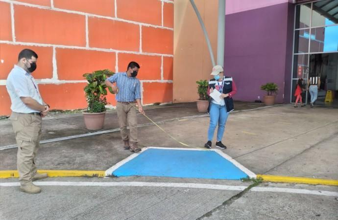 Inspeccionan cumplimiento de espacios para personas con discapacidad en plazas comerciales en Veraguas