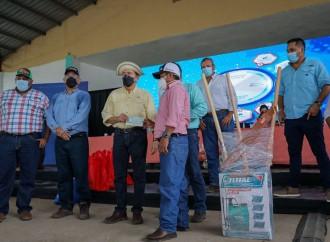 Gobierno entrega cheques a pequeños productores en Veraguas